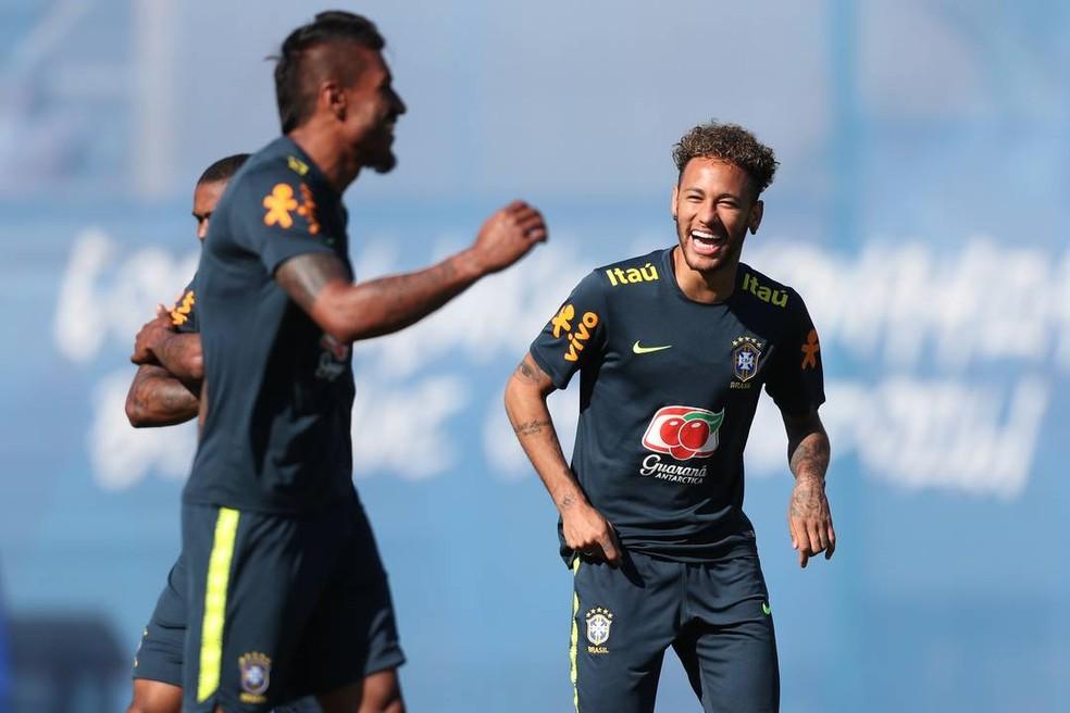 Paulinho e Neymar no treino da Seleção (Foto: Lucas Figueiredo/CBF)