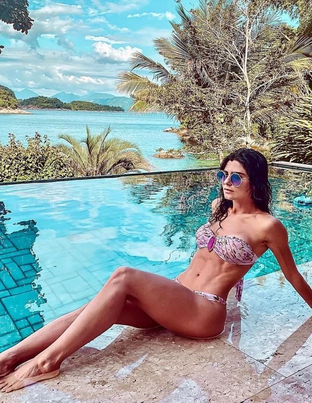 Julianne Trevisol posta foto de biquíni na piscina (Foto: Reprodução/Instagram)