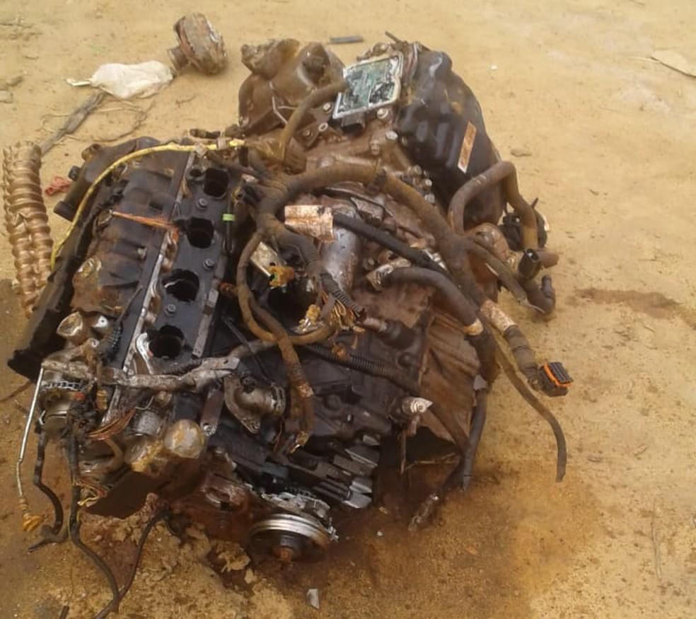 Motor de carro foi arremessado em acidente em Ipojuca — Foto: Reprodução/WhatsApp
