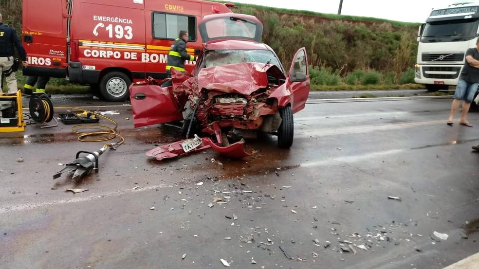 Duas pessoas morreram e outras três ficaram feridas em acidente na BR-158 (Foto: Rádio Missões)