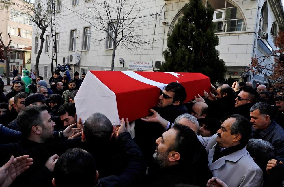 Parentes carregam caixão de Fatih Cakmak, segurança que foi morto no ataque à boate Reina, em Istambul (Foto: Umit Bektas/Reuters)