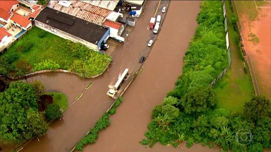 Chuva causa alagamentos e avenidas ficam intransitáveis no ABC