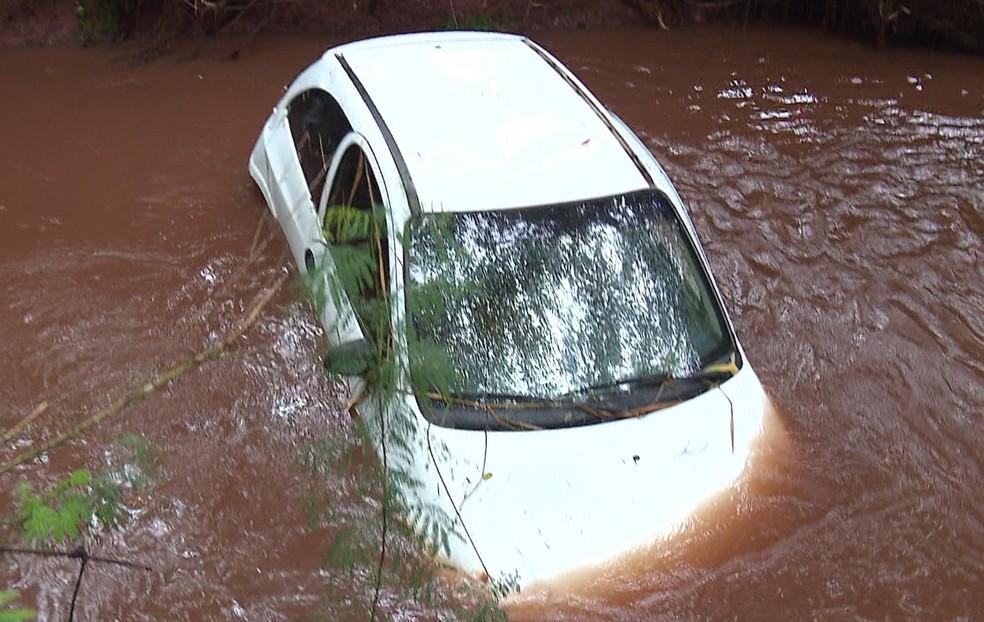 Carro caiu em rio após acidente na PR-551, entre Floresta e Ivatuba — Foto: Alex Magosso/RPC
