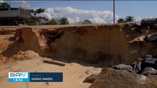 Erosão marinha destrói parte de estacionamento de barraca e ameaça rodovia no sul da Bahia