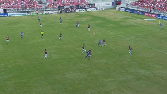 """Léo Lopes destaca confiança alta para seguir no gol do Avaí: """"Quero continuidade"""""""