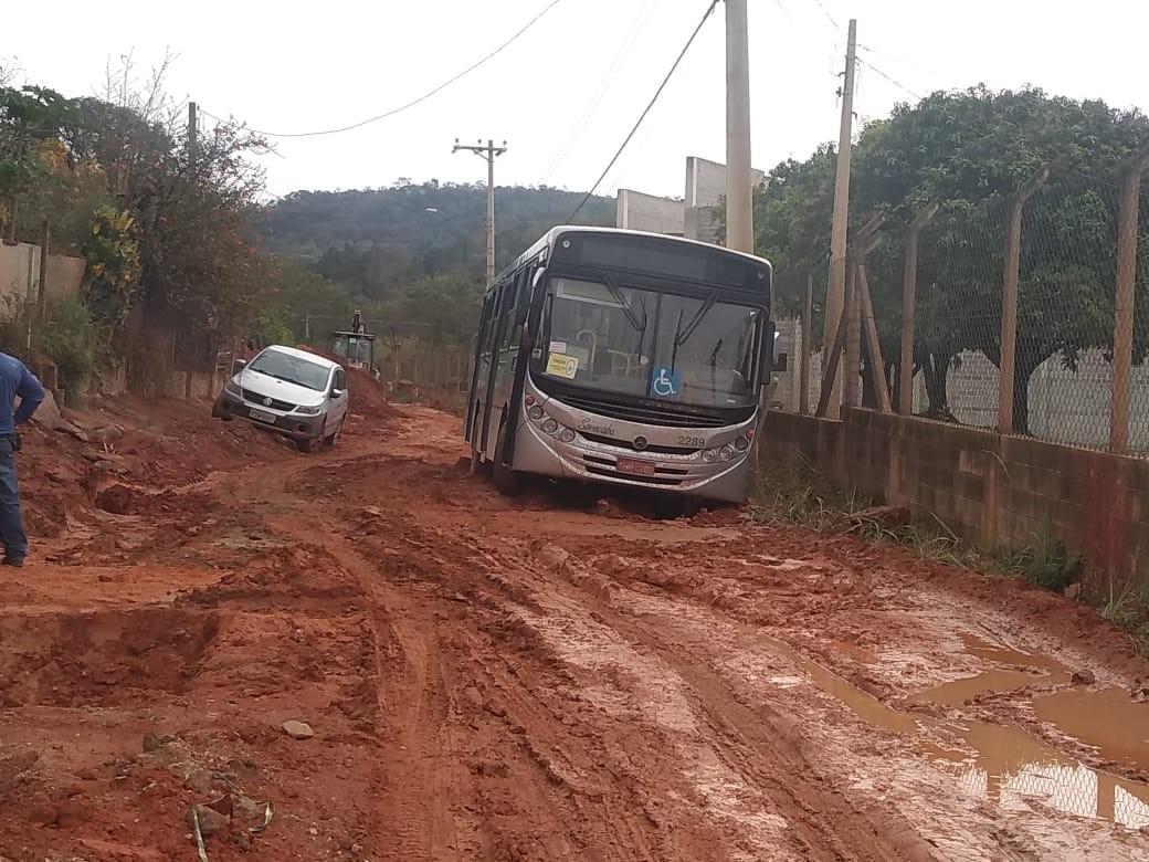 Ônibus fica atolado em estrada de lama em Sorocaba