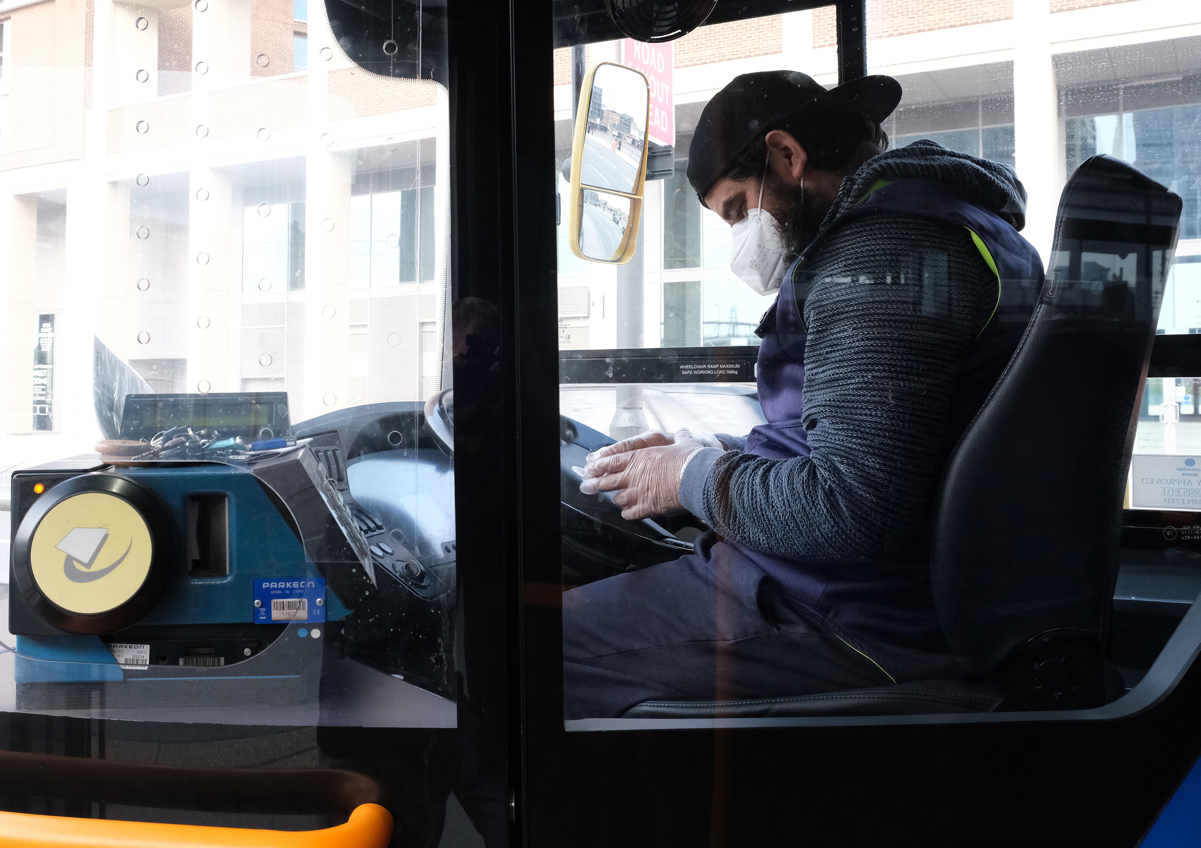 Mortes de motoristas de ônibus por coronavírus expõem riscos dos trabalhadores essenciais sem proteção