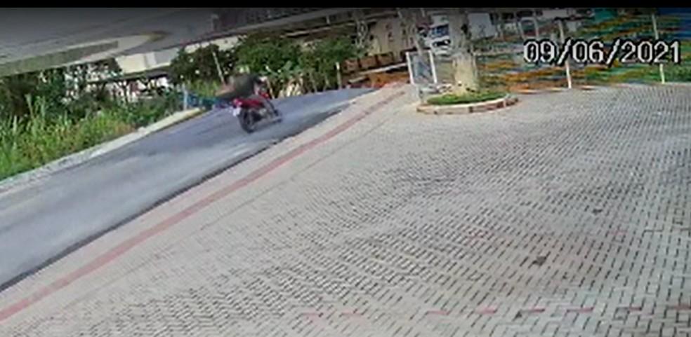 Motociclista quase cai após ponte desabar em Brusque — Foto: Reprodução/NSC TV