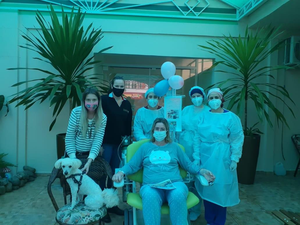 Covid-19: Após deixar UTI, paciente ganha surpresa e reencontra filha, irmã e cachorro em hospital de SC