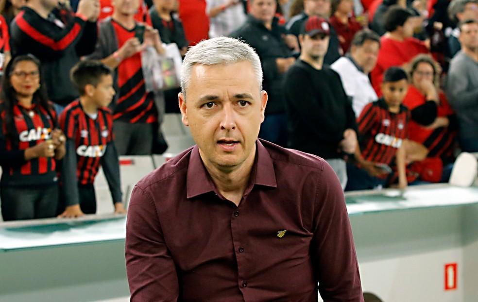 Tiago Nunes tem contrato até dezembro — Foto: Albari Rosa/Gazeta do Povo