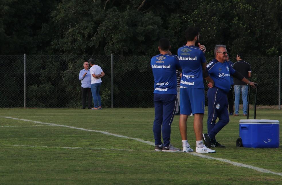 Renato Gaúcho e Romidlo Bolzan Júnior conversam durante treino — Foto: Eduardo Moura