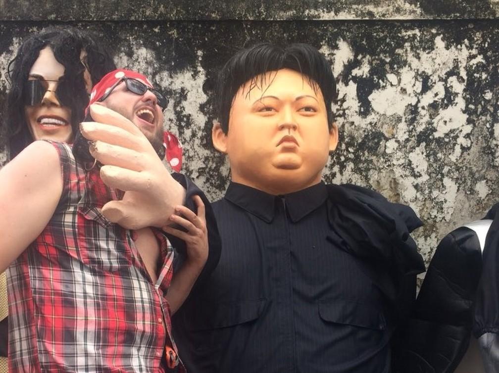 Curitibano Willian Padilha se diverte com o boneco gigante de Kim Jong-un em Olinda (Foto: Caíque Batista/G1)