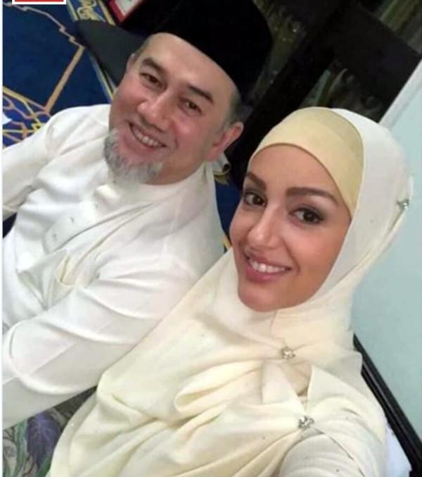 Oksana Voevodina e Muhammad V, de Kelantan (Foto: Facebook)