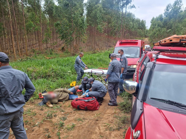 Motociclista sofre acidente durante trilha e é resgatado após passar uma noite em mata