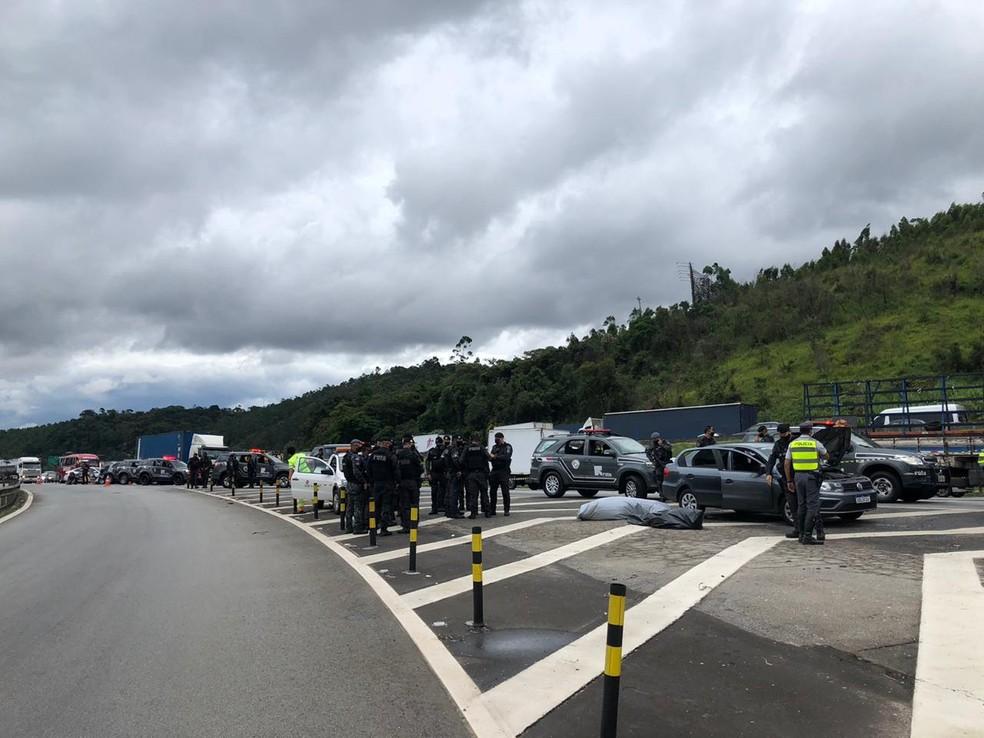 Troca de tiros termina em morte de ladrões em rodovia — Foto: Fábio Linhares/TV TEM