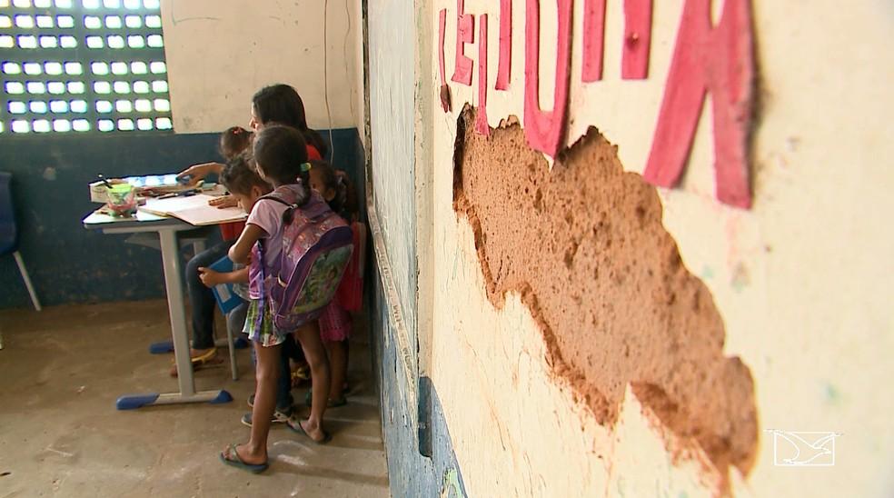 Buraco em parede ao lado do quadro negro em escola de Anajatuba (Foto: Reprodução/TV Mirante)