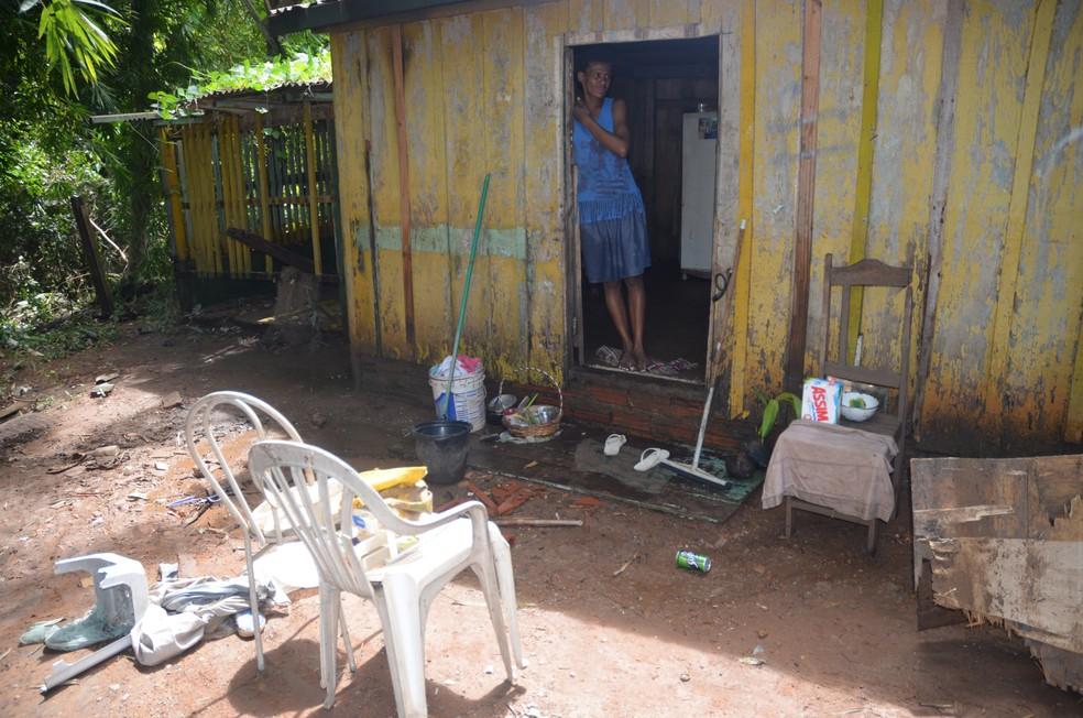 Elizete perdeu móveis, roupa e comida com o transbordo dos rios em Cacoal (Foto: Magda Oliveira/ G1)