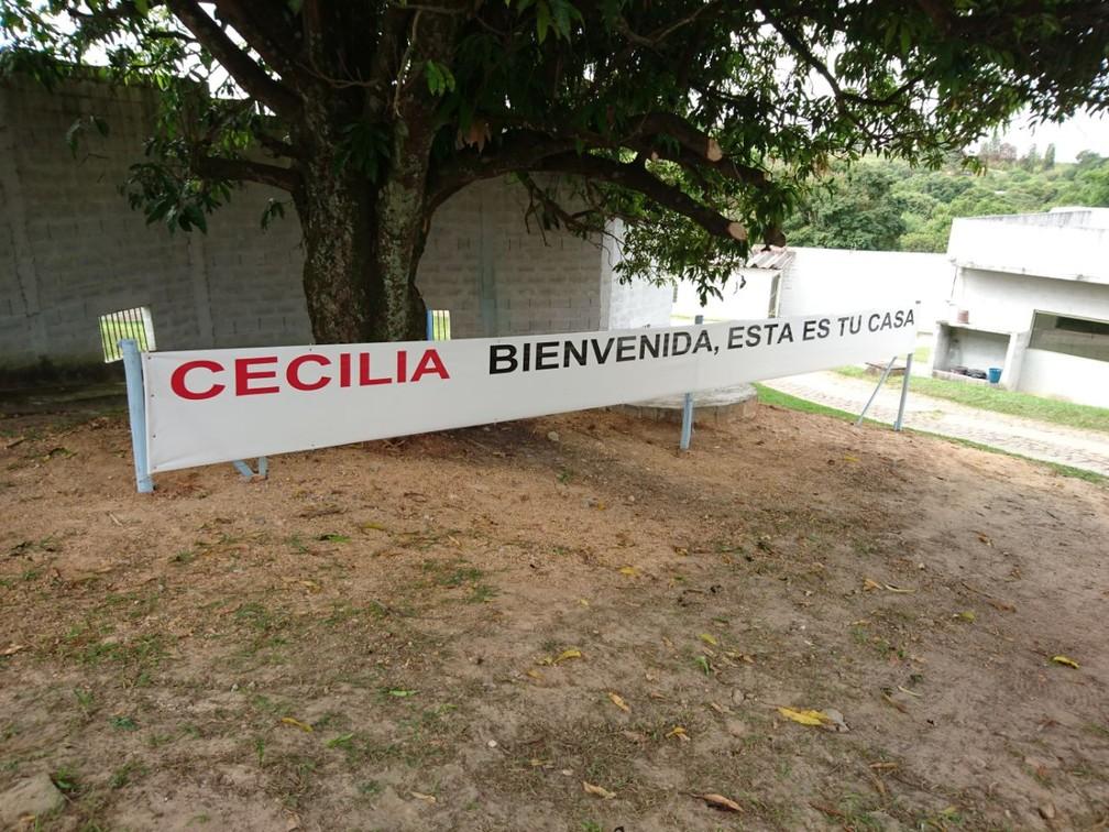 Faixa foi colocada no santuário para a recepção de Cecília, em Sorocaba (Foto: Fernanda Szabadi/G1)