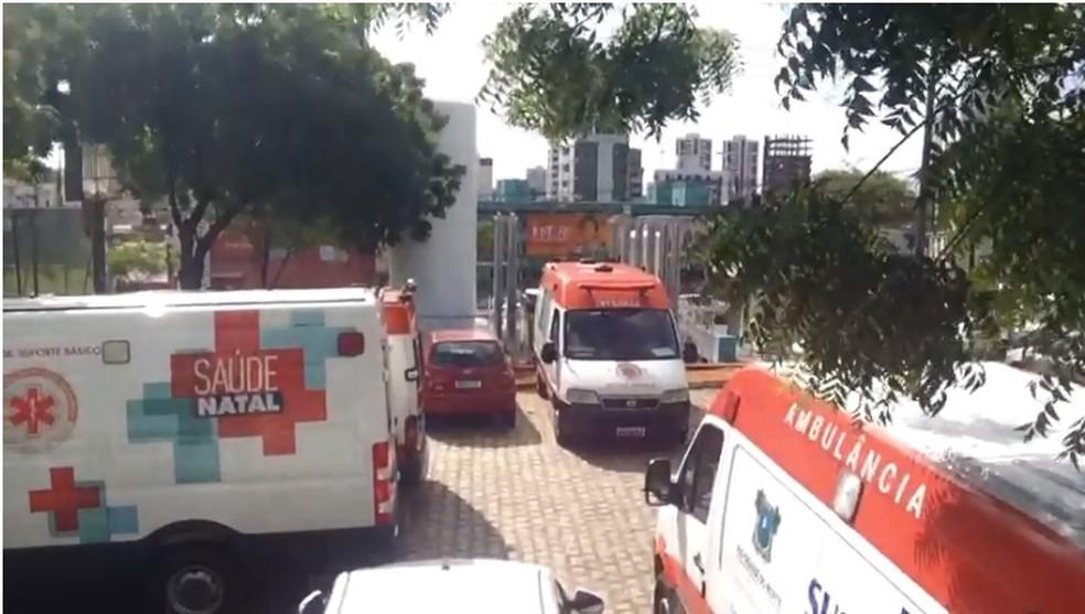 Ambulâncias ficaram retidas no Hospital Walfredo Gurgel, em Natal — Foto: Hugo Andrade/Inter TV Costa Branca