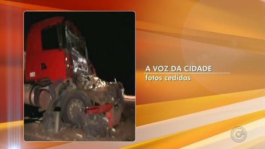 Caminhoneiro fica ferido após bater em traseira de outro caminhão em rodovia
