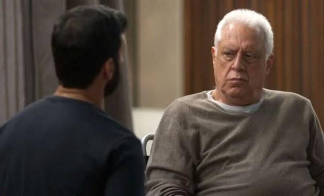 Diogo (Armando Babaioff) e Alberto (Antonio Fagundes) (Foto: TV Globo)