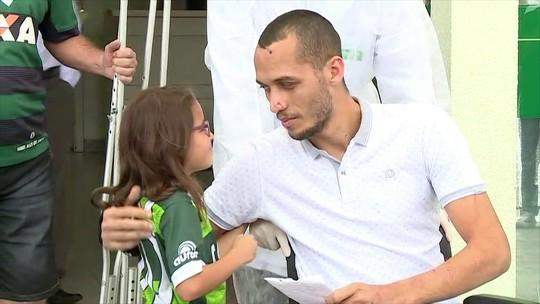 Neto deixa o hospital em Chapecó em cadeira de rodas, após 24 dias