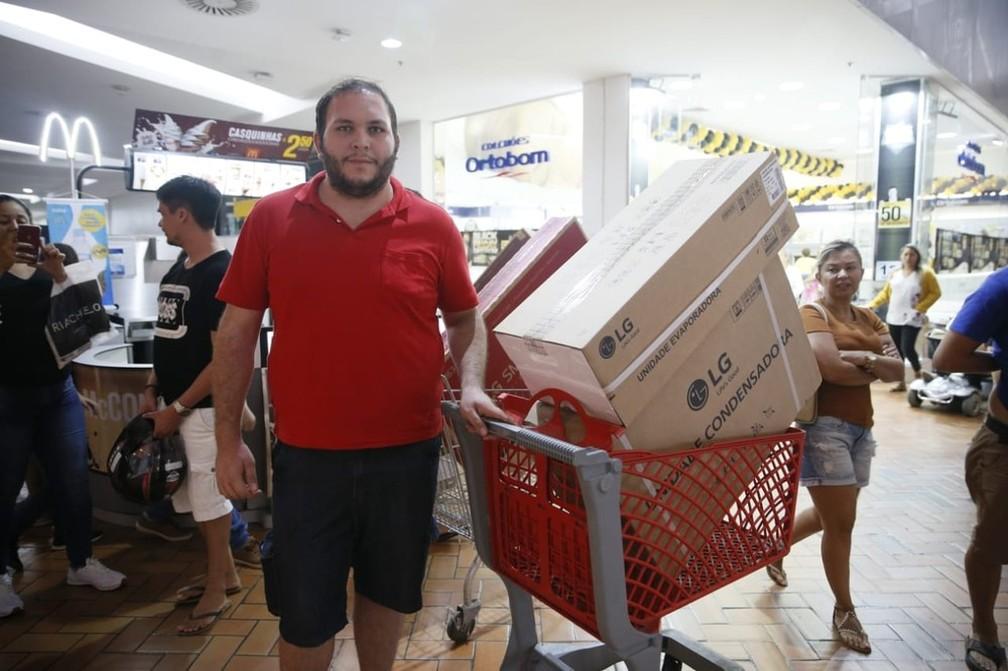 O motorista de aplicativo Danilo Cordeiro comprou aparelhos eletrônicos nas primeiras horas da Black Friday, em Fortaleza. Ele chegou a um shopping por volta de 0h.  — Foto: Kid Júnior/SVM