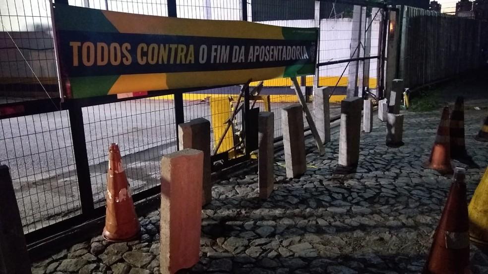 Garagem de empresa de ônibus de Curitiba está fechada na manhã desta sexta-feira (14) — Foto: Tarcísio Silveira/RPC
