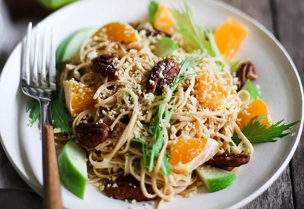Salada morna com espaguete de soja, folhas verdes, maçã verde, noz pecan, tangerina  (Foto: Divulgação Fit Food)