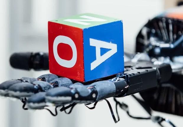 Mão robótica que usa sistema de IA Dactyl para aprender a manusear objetos (Foto: Divulgação/OpenAI)