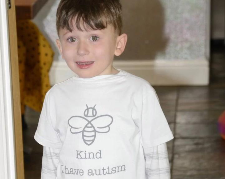 Mãe cria camiseta para filho autista (Foto: SWNS: SOUTH WEST NEWS SERVICE)