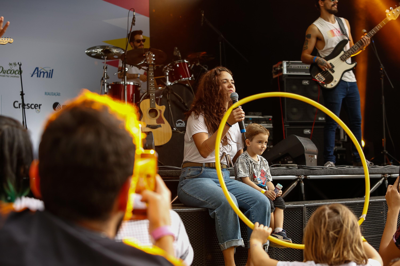 """Tiê cantando """"Amuleto"""", acompanhada do pequeno João, uma das crianças que estava na plateia (Foto: Alexandre Di Paula/ Editora Globo)"""