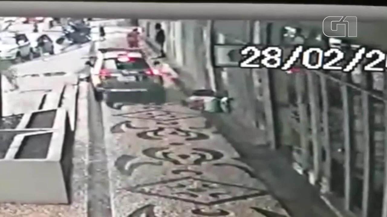 Cachorro é atropelado por carro da PM, em Curitiba