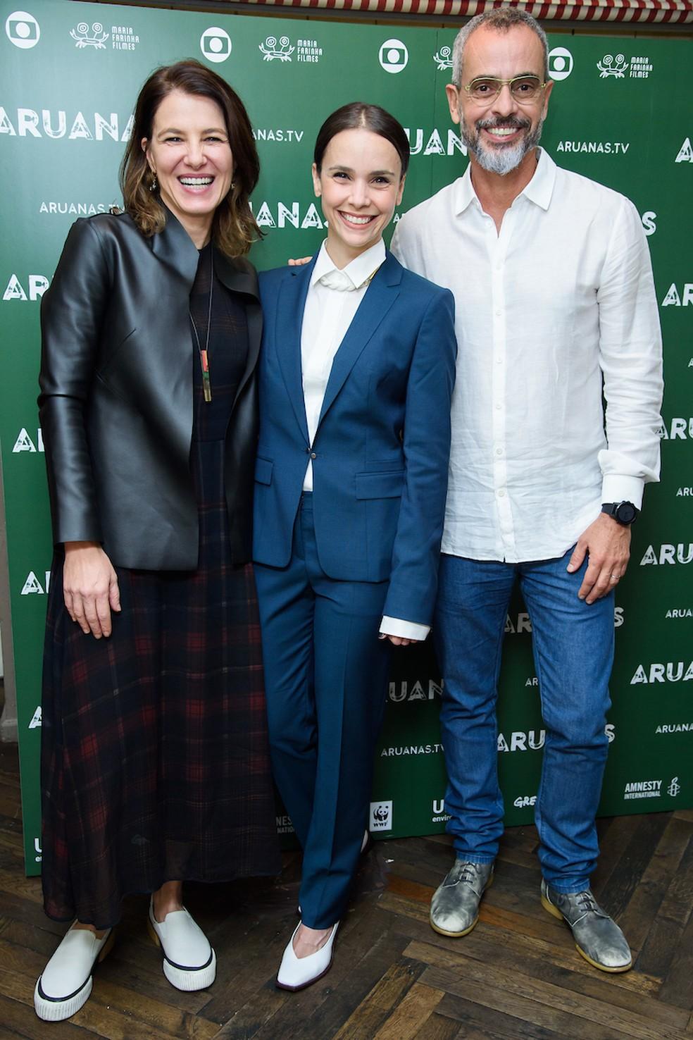 A atriz Débora Falabella entre Estela Renner e Marcos Nisti, autores de 'Aruanas' — Foto: Joanne Davidson/Globo