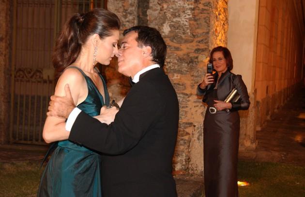 Tony Ramos foi o empresário Antenor em 'Paraíso tropical'. Fabiana (Maria Fernanda Cândido) era sua amante (Foto: Márcio de Souza/ TV Globo)