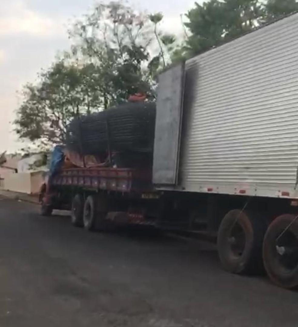Cargas são trocadas várias vezes de caminhão para não levantar suspeitas — Foto: Polícia Civil - MT
