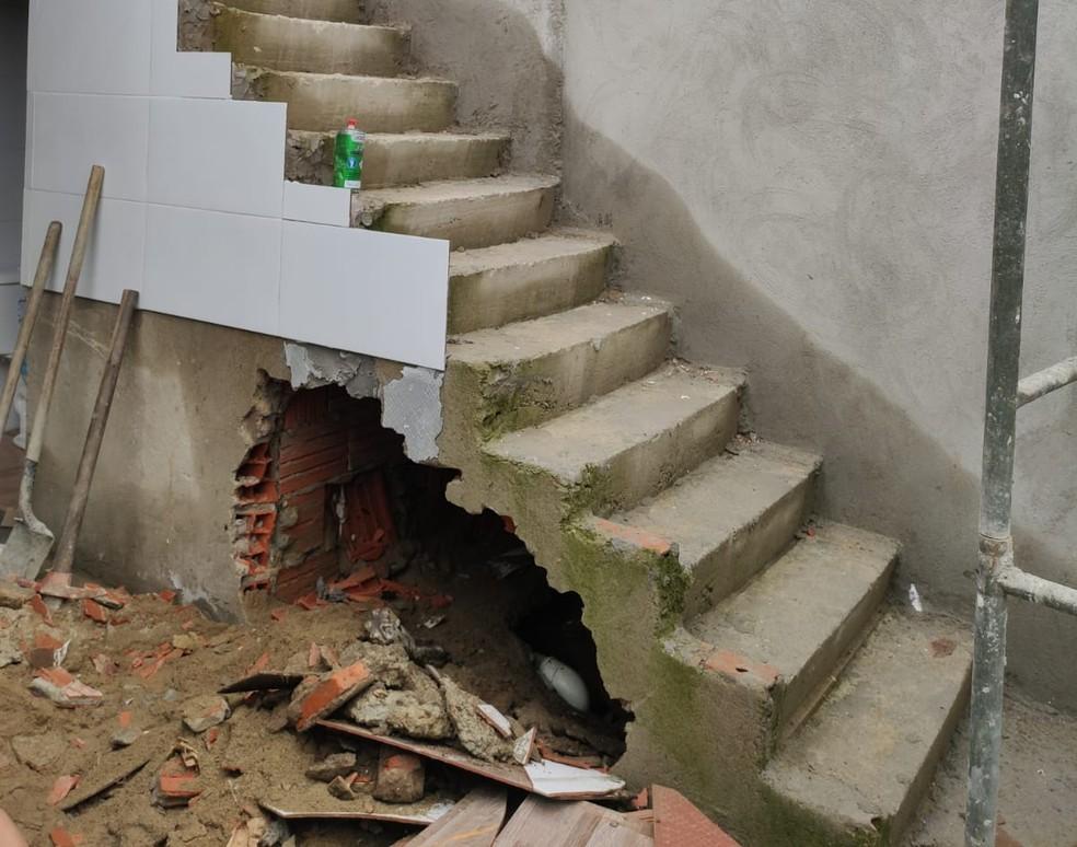 Corpo foi encontrado em vão de escada em obra em São Vicente, SP — Foto: Reprodução/Polícia Civil