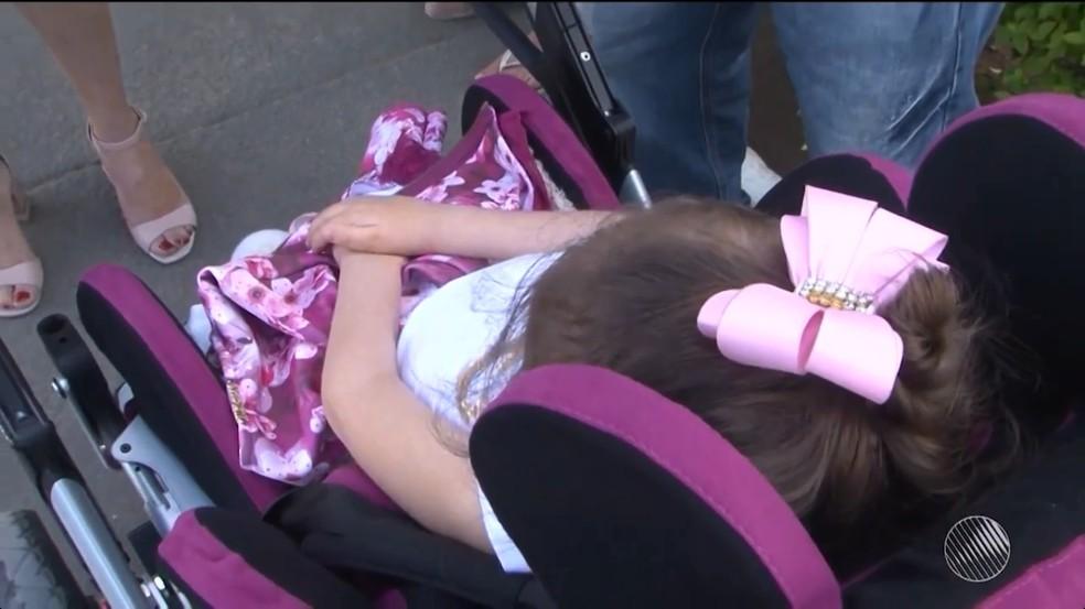 Mesmo com aval médico, criança com paralisia cerebral é impedida de viajar em avião para consulta (Foto: Reprodução/TV Sudoeste)