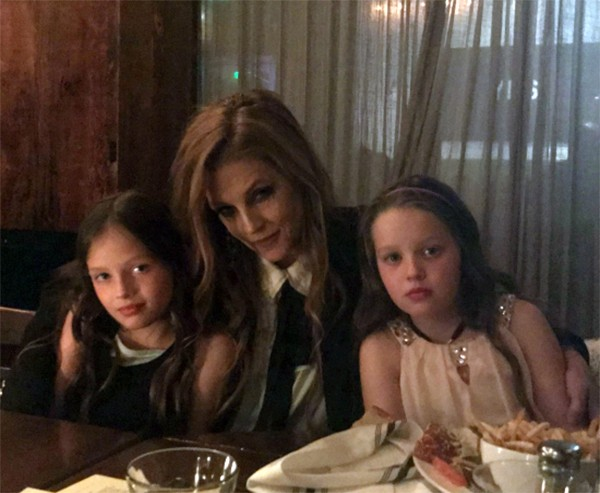 Lisa Marie Presley e as filhas (Foto: Twitter)