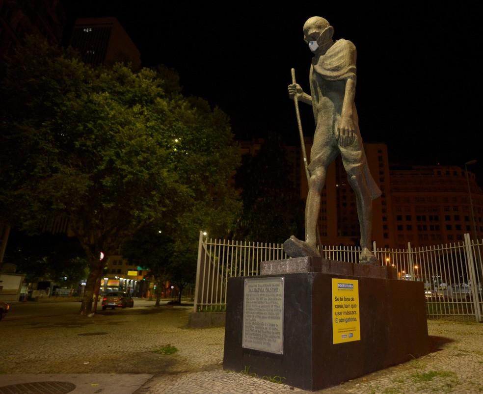 Estátua de Mahatma Gandhi, no Centro do Rio, de máscara. Uso do acessório passa a ser obrigatório a partir desta quinta (23)  — Foto: Divulgação/ Prefeitura do Rio