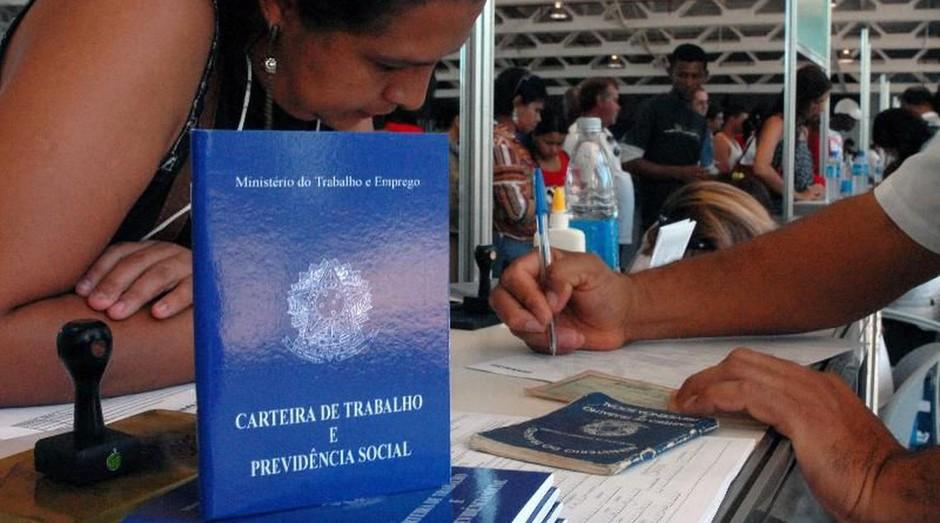 Emprego; carteira de trabalho; clt (Foto: Marcello Casal jr/Agência Brasil)