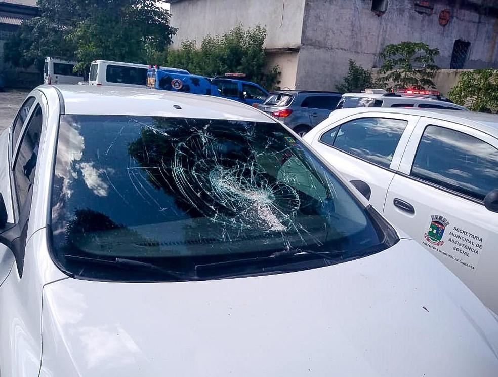 Quatro carros foram danificados pelo homem, em Linhares — Foto: Secom/ Linhares