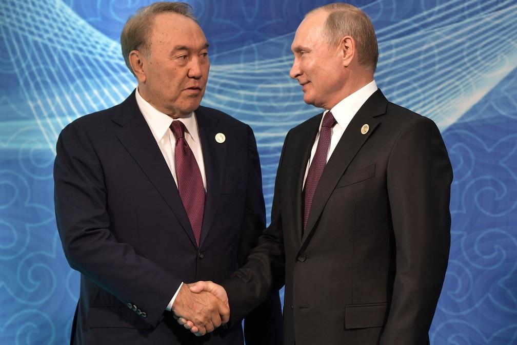 -  Os presidentes Nursultan Nazarbayev  Cazaquistão , à esquerda, e Vladimir Putin  Rússia  dão um aperto de mão no durante encontro na 5ª Cúpula do Cás