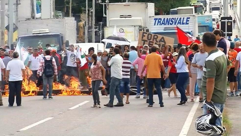 Na Região do Cariri manifestantes colocaram fogo em galhos e pneus e fecharam a Avenida Padre Cícero. (Foto: Reprodução/TV Verdes Mares)