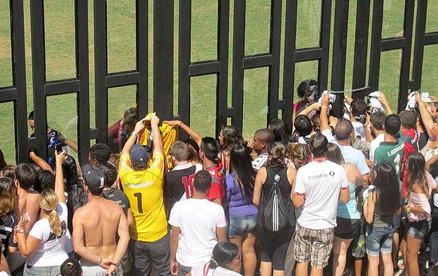 torcida treino Vasco São Januário (Foto: André Casado / Globoesporte.com)