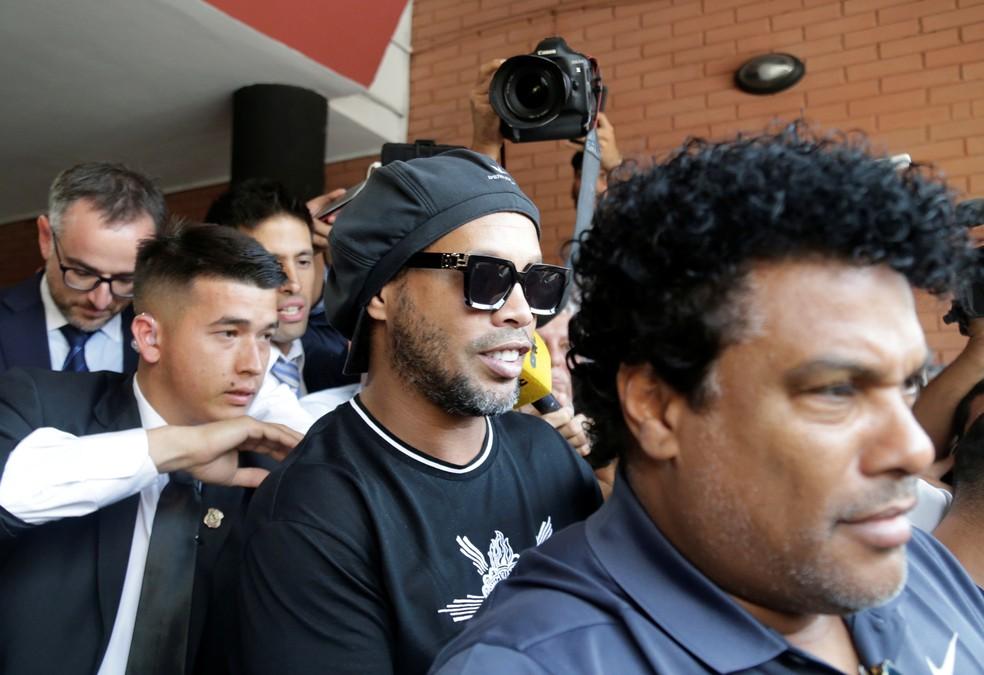 Ronaldinho Gaúcho e Assis saem do depoimento no Paraguai — Foto: REUTERS/Jorge Adorno