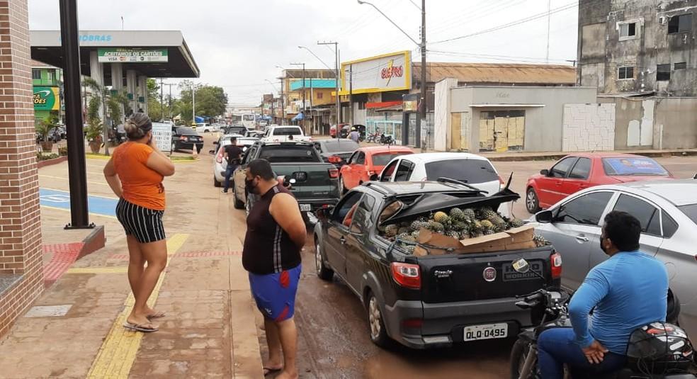 Terceiro dia de apagão no AP tem filas em postos de gasolina e procura por água potável — Foto: John Pacheco/G1