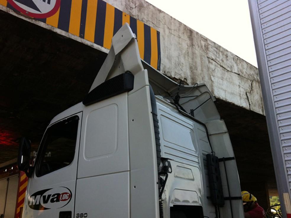 Caminhão preso na Ponte do Bragueto, em imagem de arquivo de 2014 (Foto: Gabriel Luiz/G1)