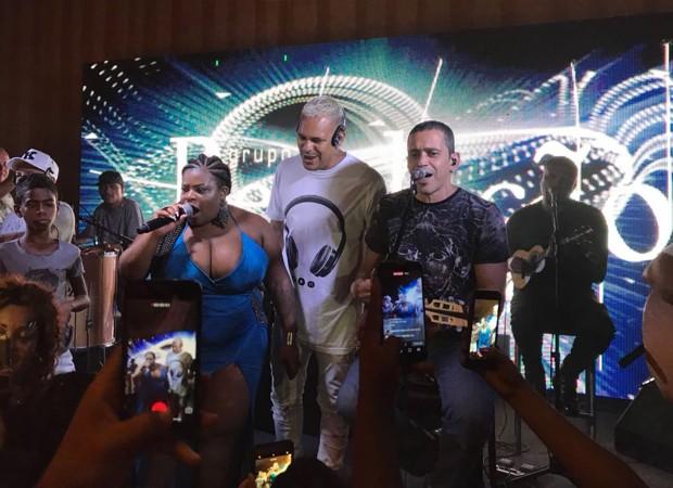 Jojo Todynho canta com o grupo Revelação (Foto: Divulgação)