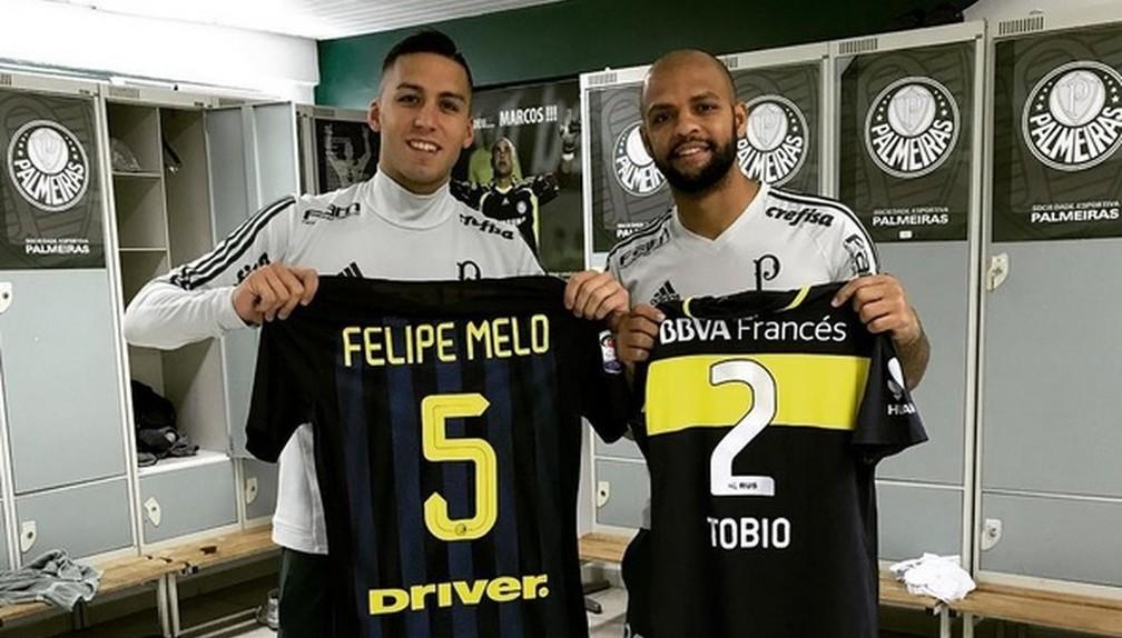 Em 2017, Felipe Melo e Fernando Tobio trocaram camisetas no Palmeiras — Foto: Reprodução